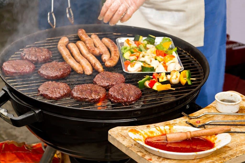 accessoires-de-terrasse-de-jardin-barbecue-au-charbon